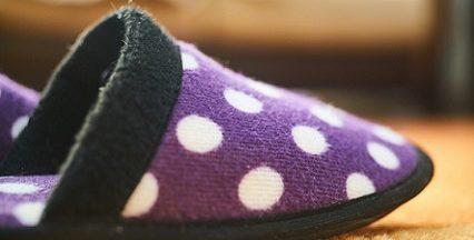 Violetter Pantoffel mit weißen Punkten.