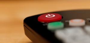 Fernbedienung mit rotem Knopf zum Ausschalten.