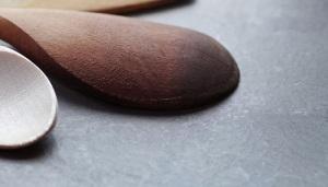 Kochlöffel aus Holz liegt auf einem Tisch.