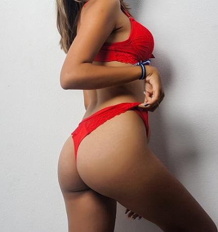Körper einer attraktiven jungen Dame in roter Unterwäsche.