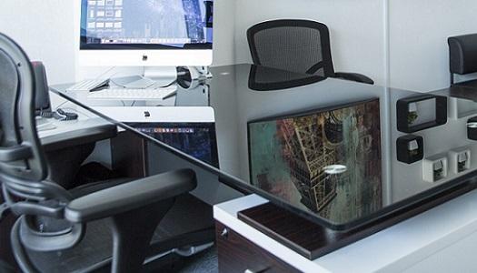 Foto von einem Büro mit Schreibtisch und Monitor.