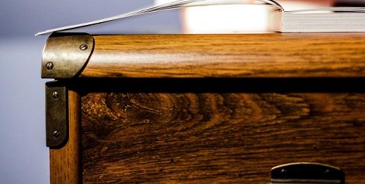 Bild von der obersten Schublade eines Schreibtisch.