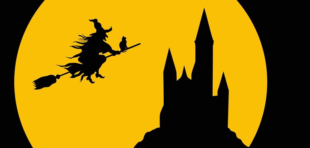 Eine Hexe fliegt mit einer Katze auf einem Besen zu einem Schloss. Im Hintergrund leuchtet der Vollmond.