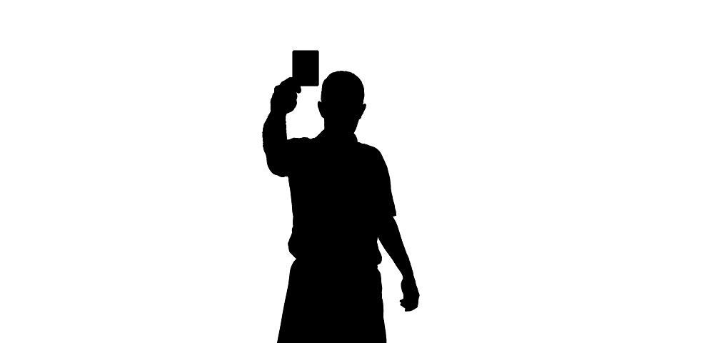 Silhuette von Schiedsrichter, der eine Karte zeigt.