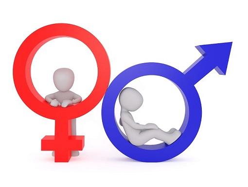 Zwei Figuren halten die Zeichen für Weiblich und Männlich. Frau versohlt Mann.