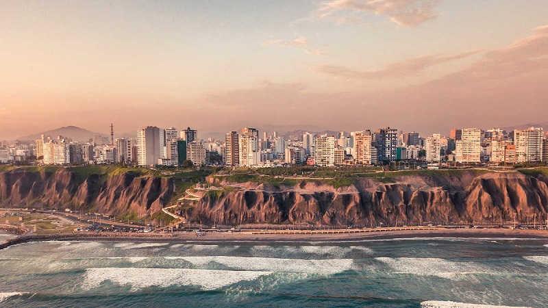 Silhouette von Lima, der Hauptstadt von Peru, im Licht einer untergehenden Sonne.