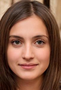 Porträt von Chiara Lottner. Junge, braunhaarige Frau mit braunen Augen, vollen Lippen und einem dezenten Lächeln.
