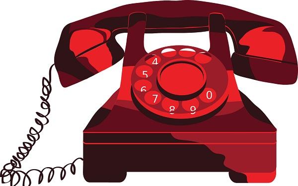 Rotes Telefon mit Wählscheibe vor einem weißen Hintergrund.