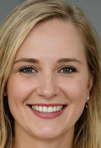 Porträt von Stefanie Winkler. Junge, blonde Frau mit grünen Augen, vollen Lippen und einem sympathischen Lächeln.